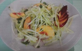 Салат из капусты и нектарина