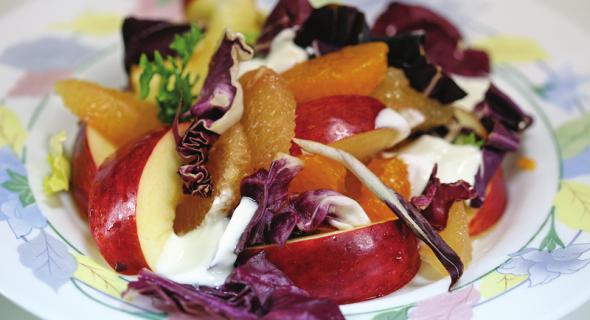 Салат радичио с фруктами