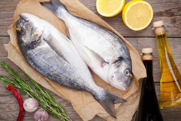 Свежая рыба на столе