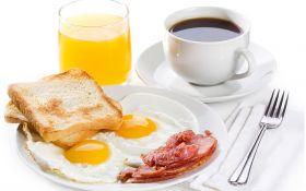 Яичница-глазунья с ветчиной и тостами