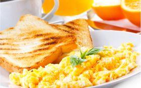 Омлет с сыром и тосты с маслом