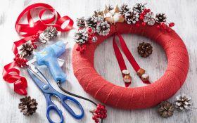 Рождественский венок: мешковина и шишки