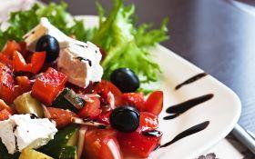 Салат с оливками и сыром