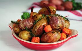 Картофель, запеченный с тимьяном, чесноком и морковью