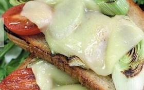 Лук-порей, запеченный на тостах