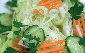 Микс-салат с азиатской заправкой