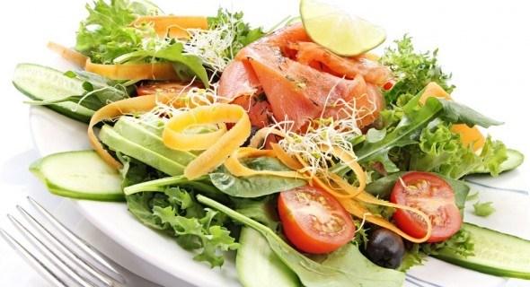 Салат с семгой и маслинами