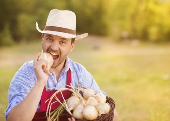 Мужчина огородник лук