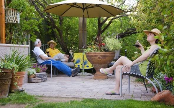люди отдыхают в саду