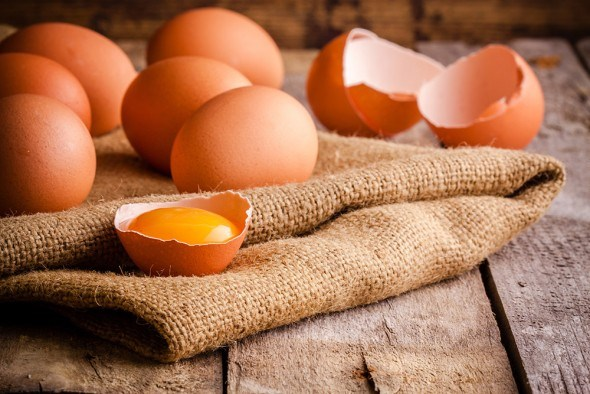 Есть или не есть: можно ли употреблять сырые куриные яйца?