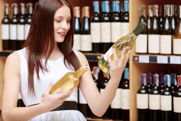 Девушка выбирает вино