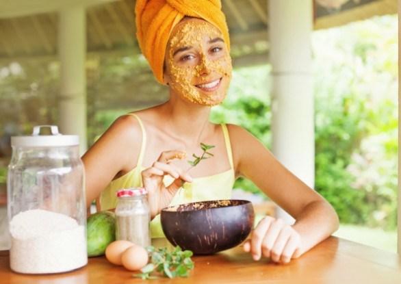 Девушка наносит домашнюю маску для лица