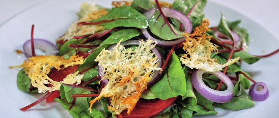 Салат из мангольда с чипсами из пармезана
