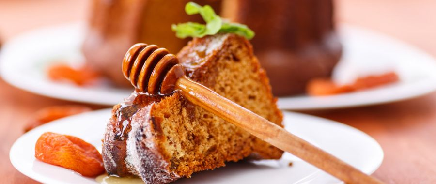 Медовый пирог с изюмом и курагой