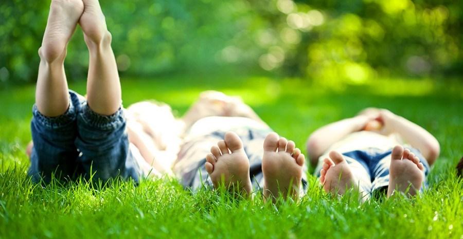 Босиком бы пробежаться по росе: почему полезно ходить босиком?
